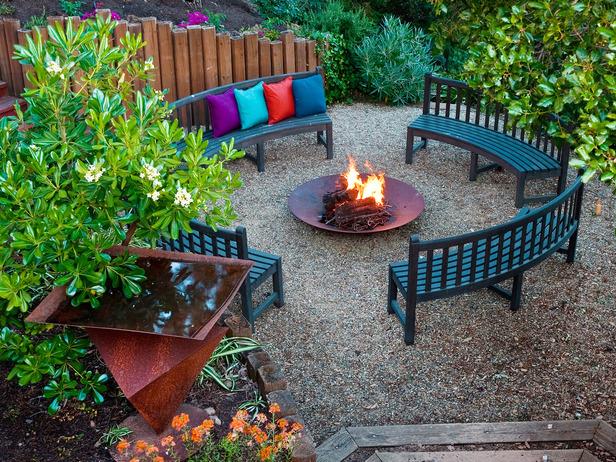 Лавки навколо вогнища – ідея для садової зони відпочинку