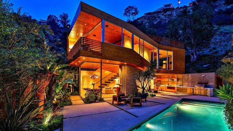sad_i_interer_derevyannogo_doma_v_stile_kaliforniiskii_modern_1.jpg