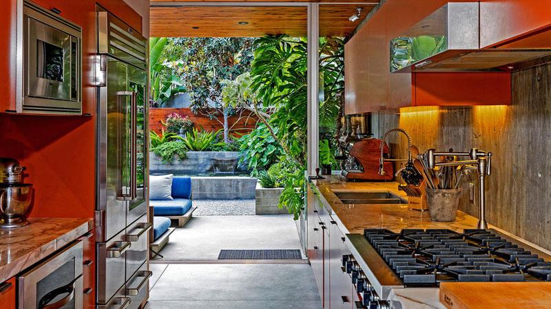sad_i_interer_derevyannogo_doma_v_stile_kaliforniiskii_modern_4.jpg