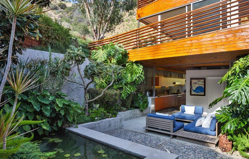 sad_i_interer_derevyannogo_doma_v_stile_kaliforniiskii_modern_5.jpg