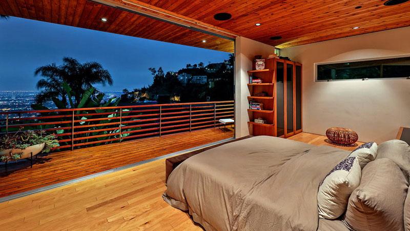 sad_i_interer_derevyannogo_doma_v_stile_kaliforniiskii_modern_7.jpg