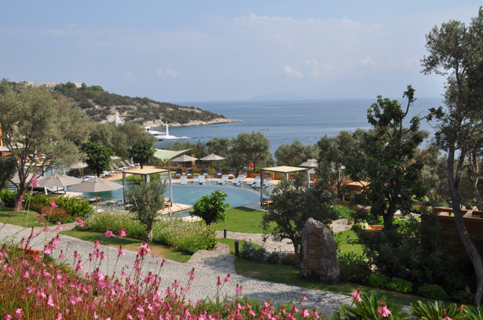 08-the-main-pool-with-views-of-the-aegean-sea-678x450.jpg