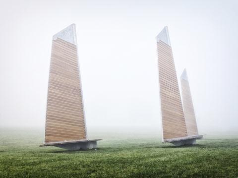 Прогулянка під вітрилами. На березі річки в передмісті Монреаля встановили лавки у формі вітрила