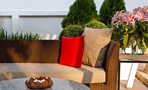 Затишок і практичність: як правильно вибрати меблі для дачі або саду