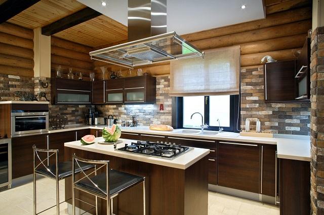 Фото кухни в деревянном доме с окном