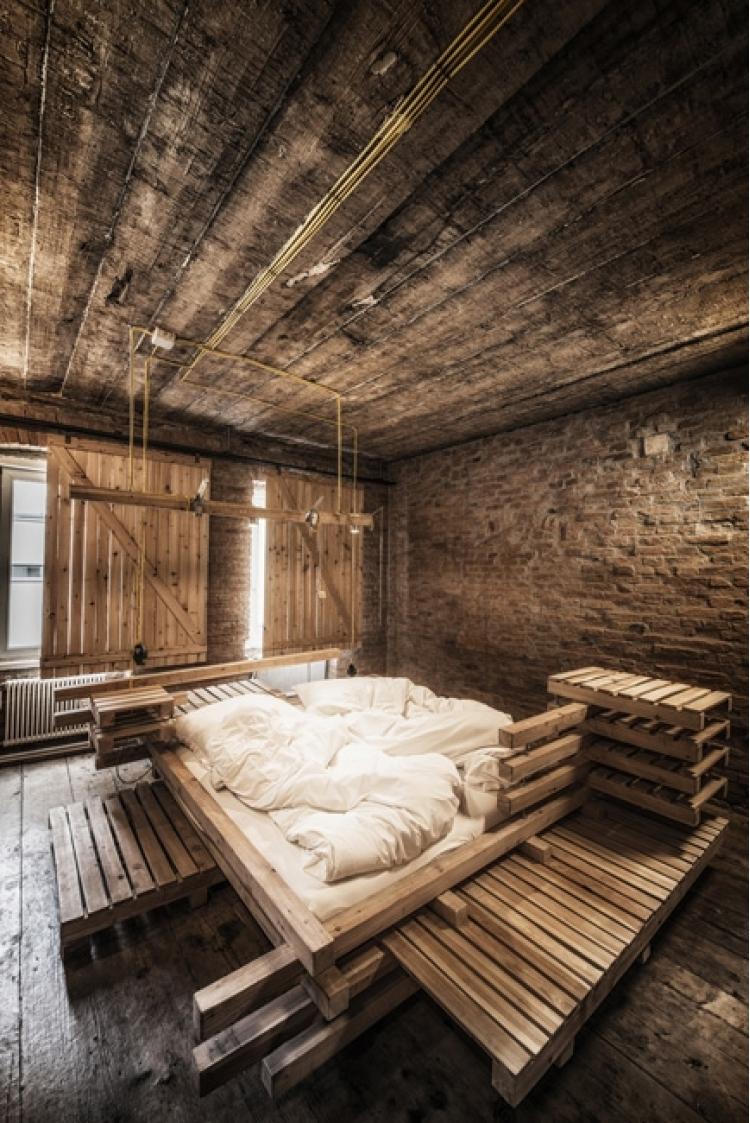 derevyannii_otel_viennese_guest_room_ot_buro_heri_and_salli_1.jpg