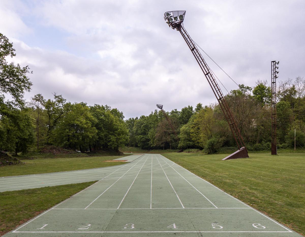 Спортивний стадіон серед природи