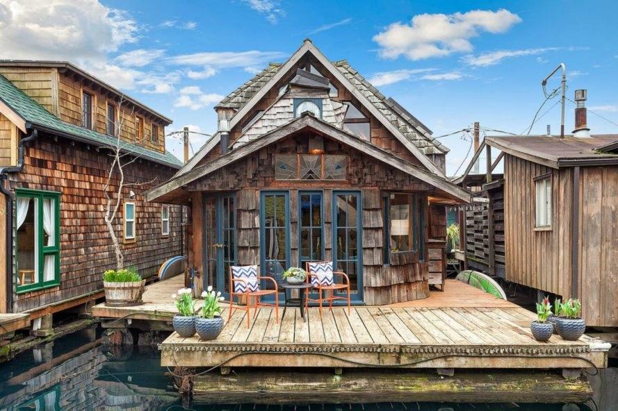 storybookhouseboat-889x592.jpg